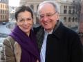 Prof. Ulrich Sinn in Altenburg vor dem Landestheater Altenburg mit Chiona Xanthpoloulou-Schwarz Februar 2014
